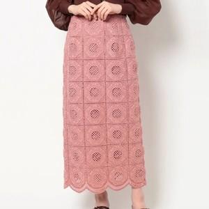 ピンクの刺繍スカート