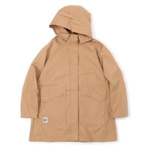 ベージュのアウトドアジャケット