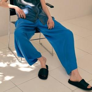 ブルーのワイドパンツ