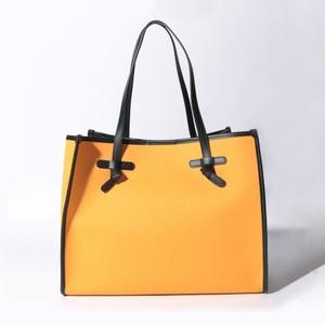 オレンジのトートバッグ