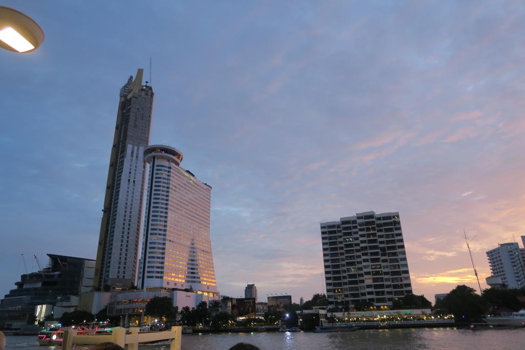 川沿いのホテル