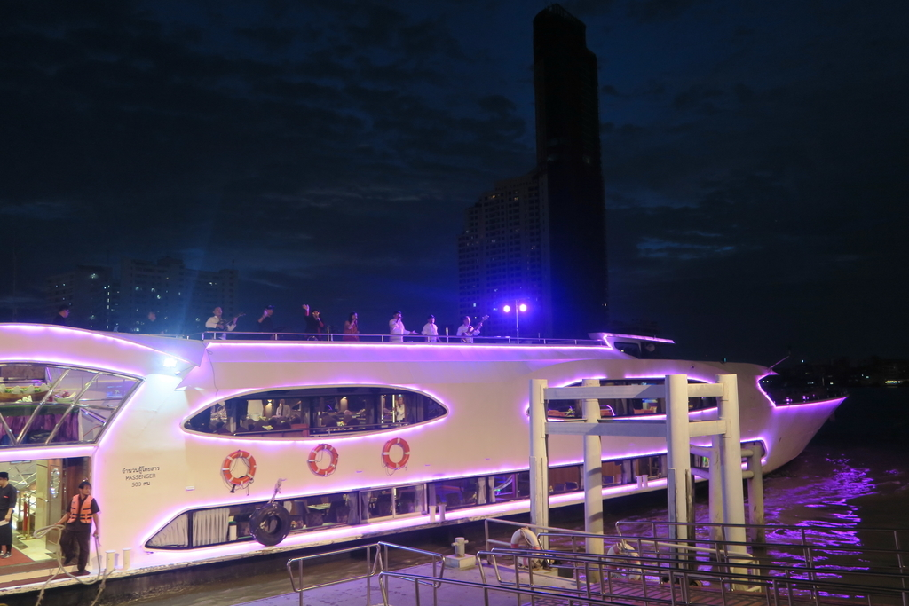 紫に光るクルーズ船