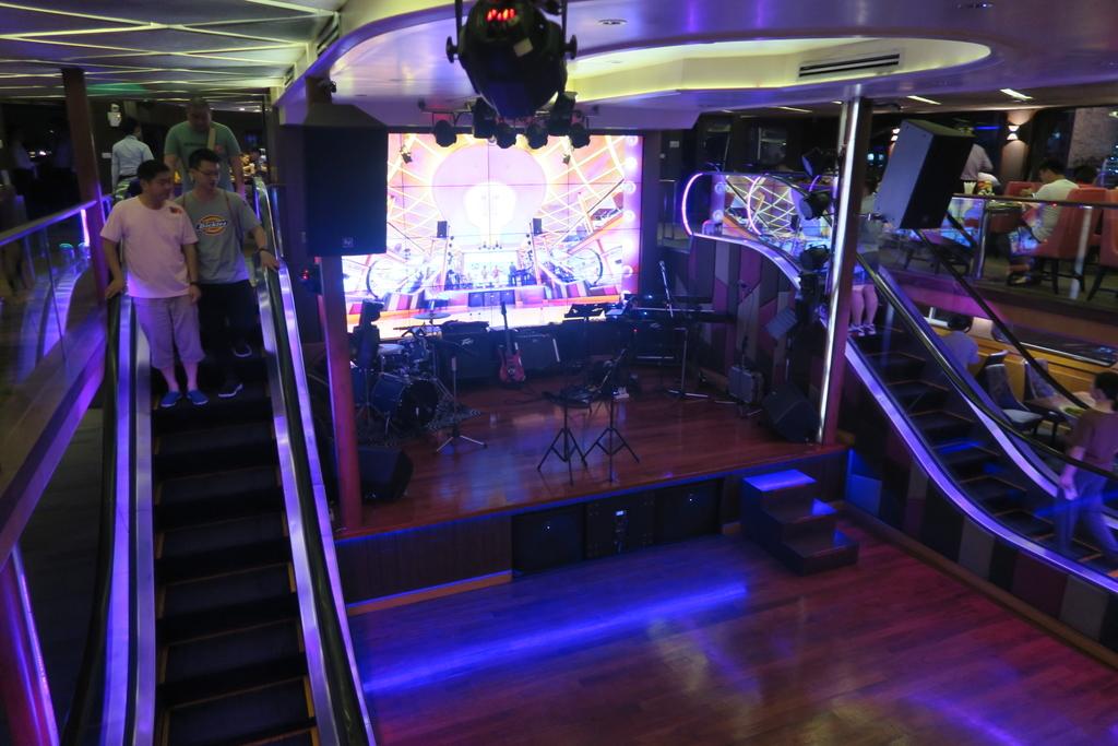 船内にあるステージ