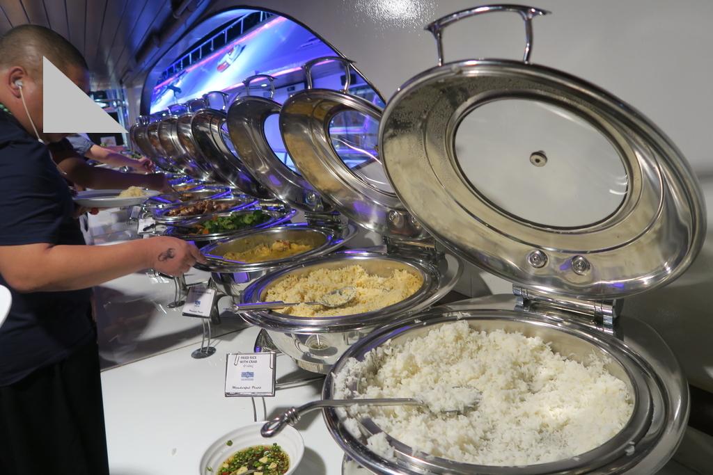 多数のお皿が並ぶブッフェ