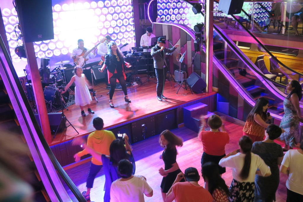 船内でクラブのように踊る人々
