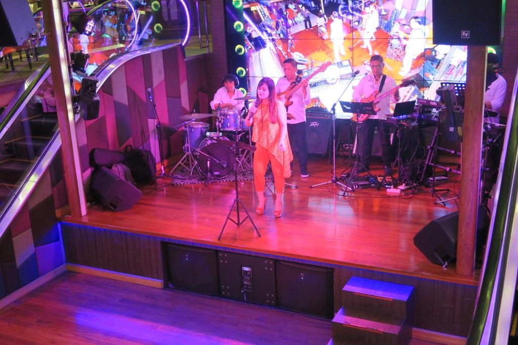 ステージで演じられる生バンド
