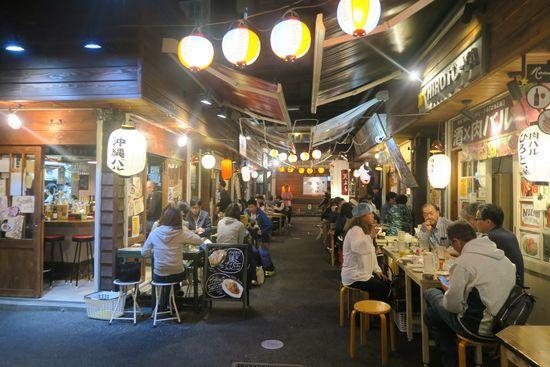 国際通り屋台村で飲むたくさんの人たち