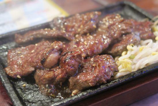 焼いたお肉がお皿に乗っている