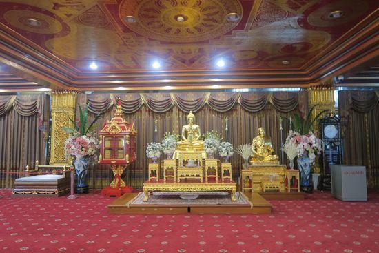 ワットパクナムの仏塔の4階に仏像が展示されている