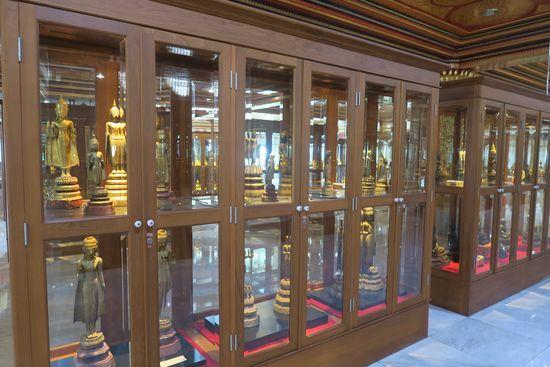 ワットパクナムの仏塔の3階に資料が展示されている