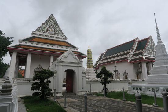 ウタカート駅のそばにある白い寺院