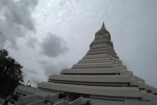 ワットパクナムの仏塔の外観