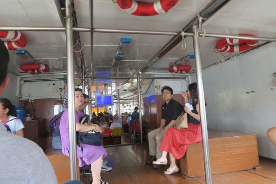 チャオプラヤーツアーリストボートの内部