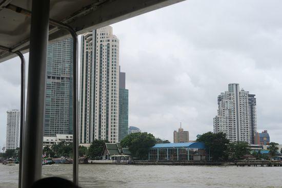 チャオプラヤーツーリストボートから眺めるどすぐろい川