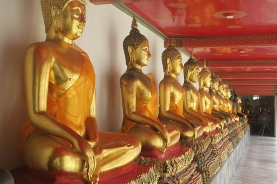 回廊に並べられた仏像