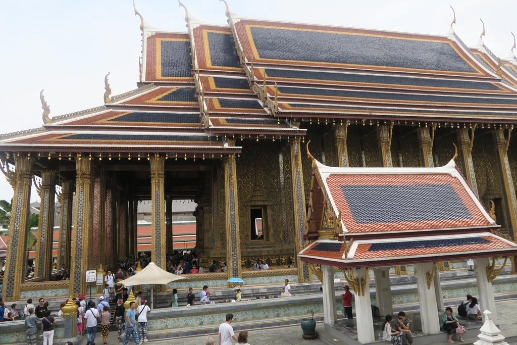 神殿のような形をした本堂