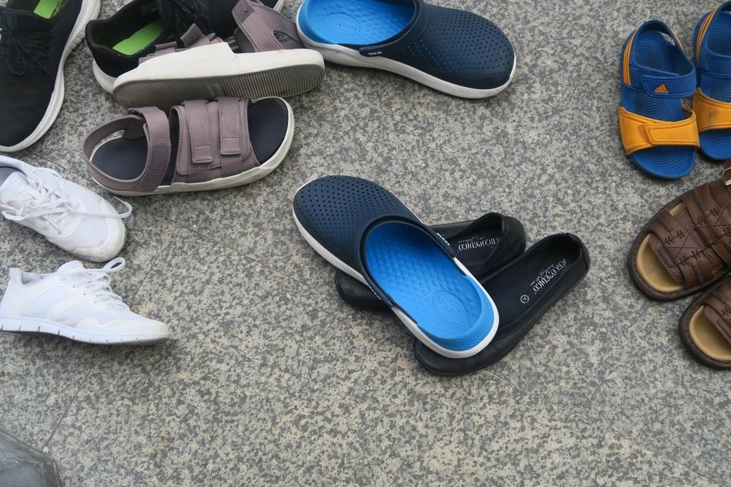 脱ぎ捨てられた靴