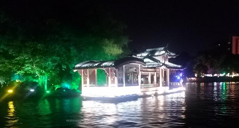 両江四湖 ナイトクルーズ 石の船
