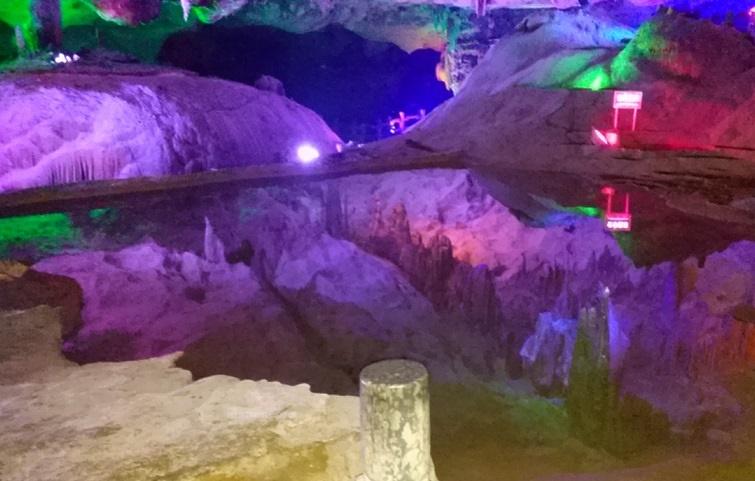 穿山岩の鍾乳洞 池と反射