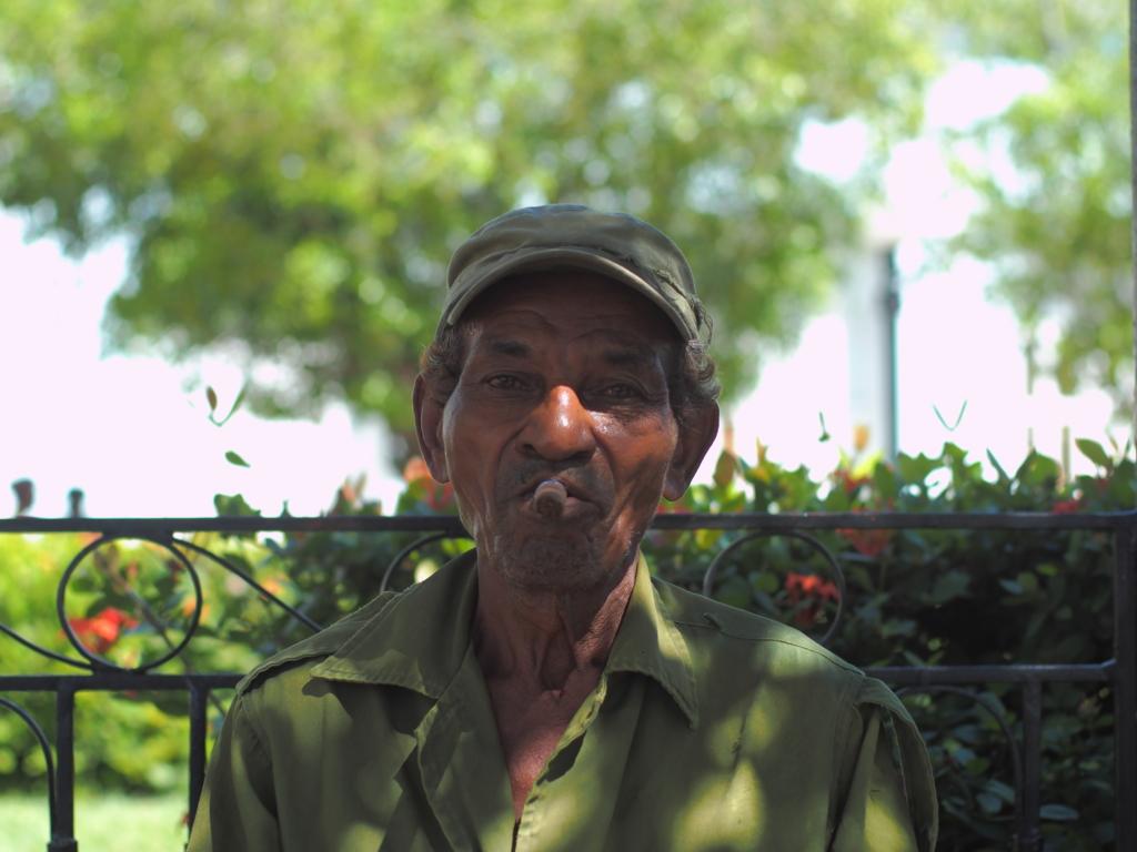 葉巻を葉巻を吸っているキューバ人