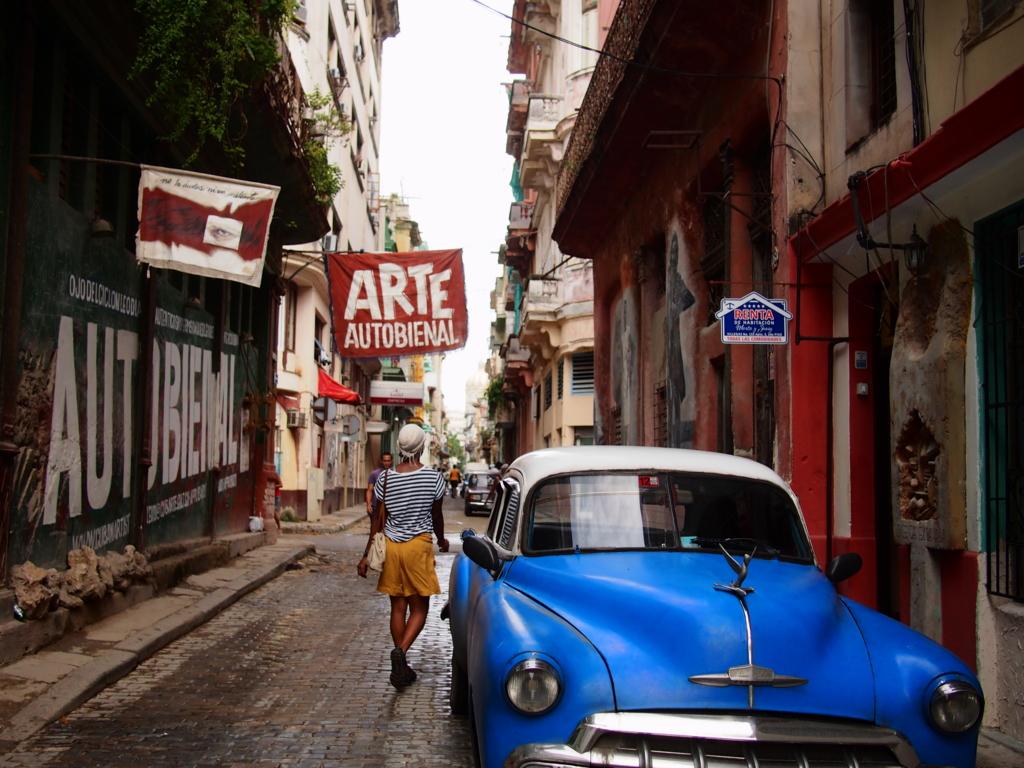 キューバの町並みと青いクラシックカー