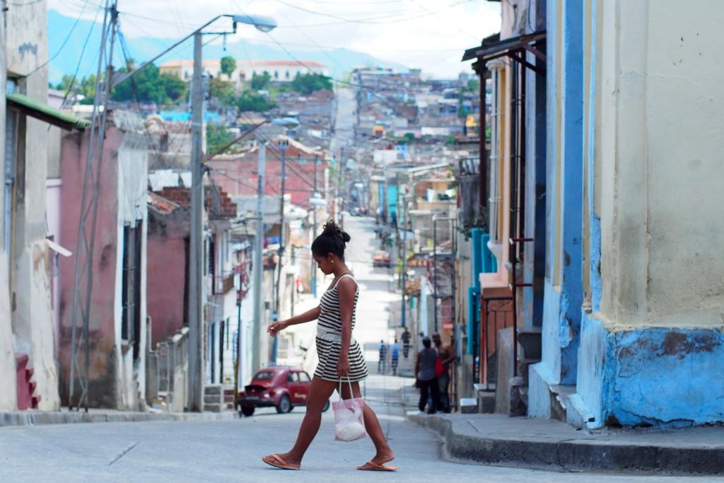 女の子とキューバのまち並み