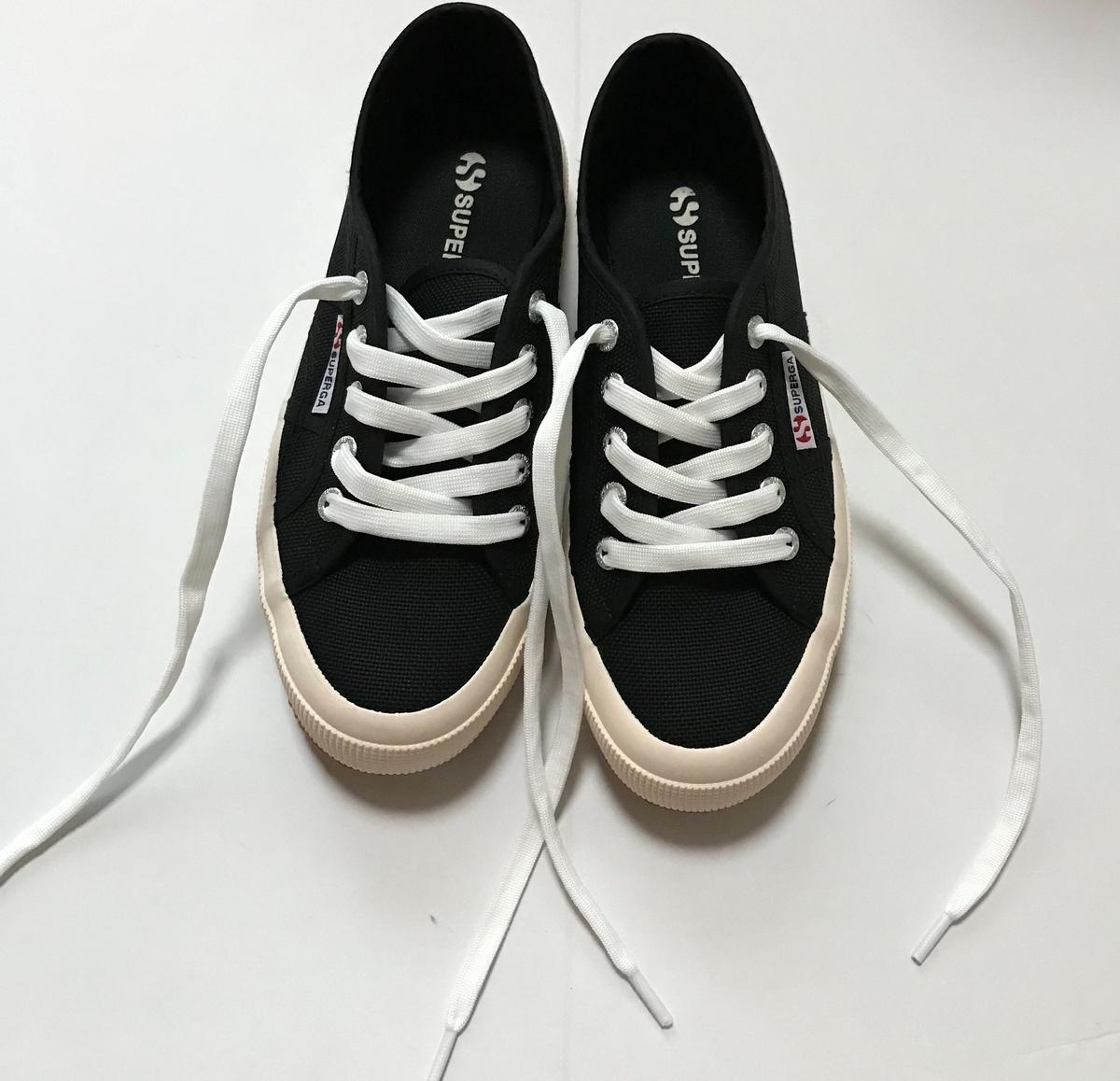 靴紐をかえた後のスニーカー