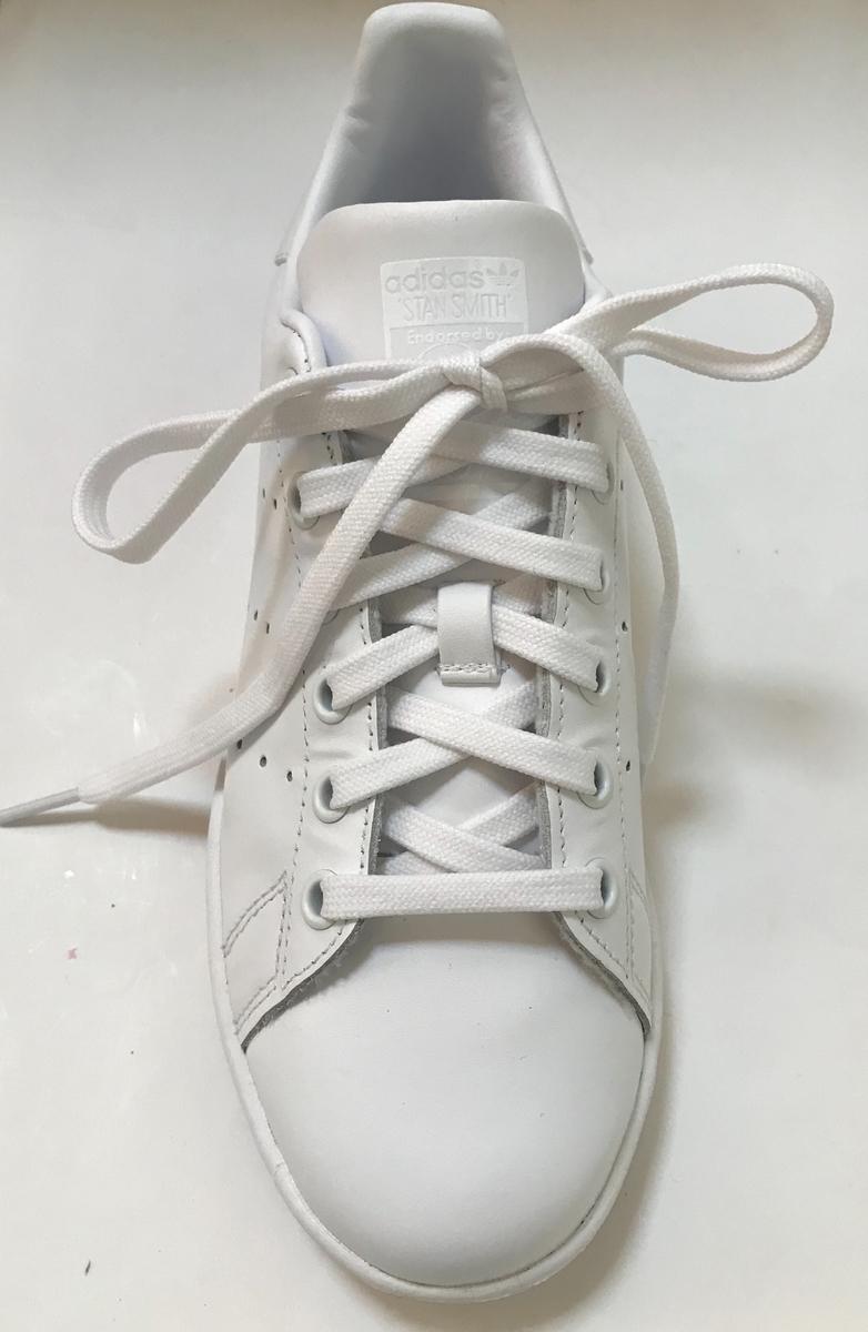 靴紐を通したスニーカー