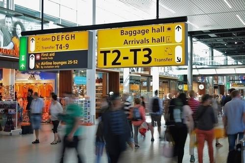 人が多い空港内