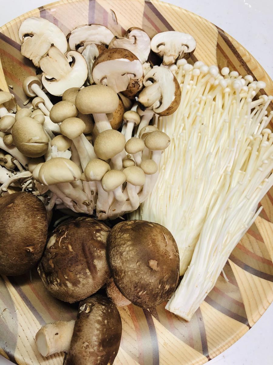 今回はブラウンマッシュルーム、椎茸、えのき、ぶなしめじの4種類を使用