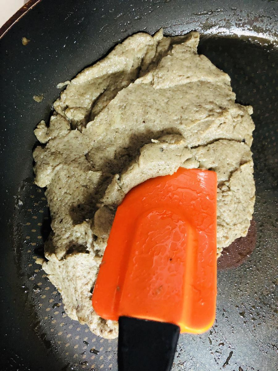 フードプロセッサーにニンニク🧄粗く切ったきのこを入れペースト状にする。