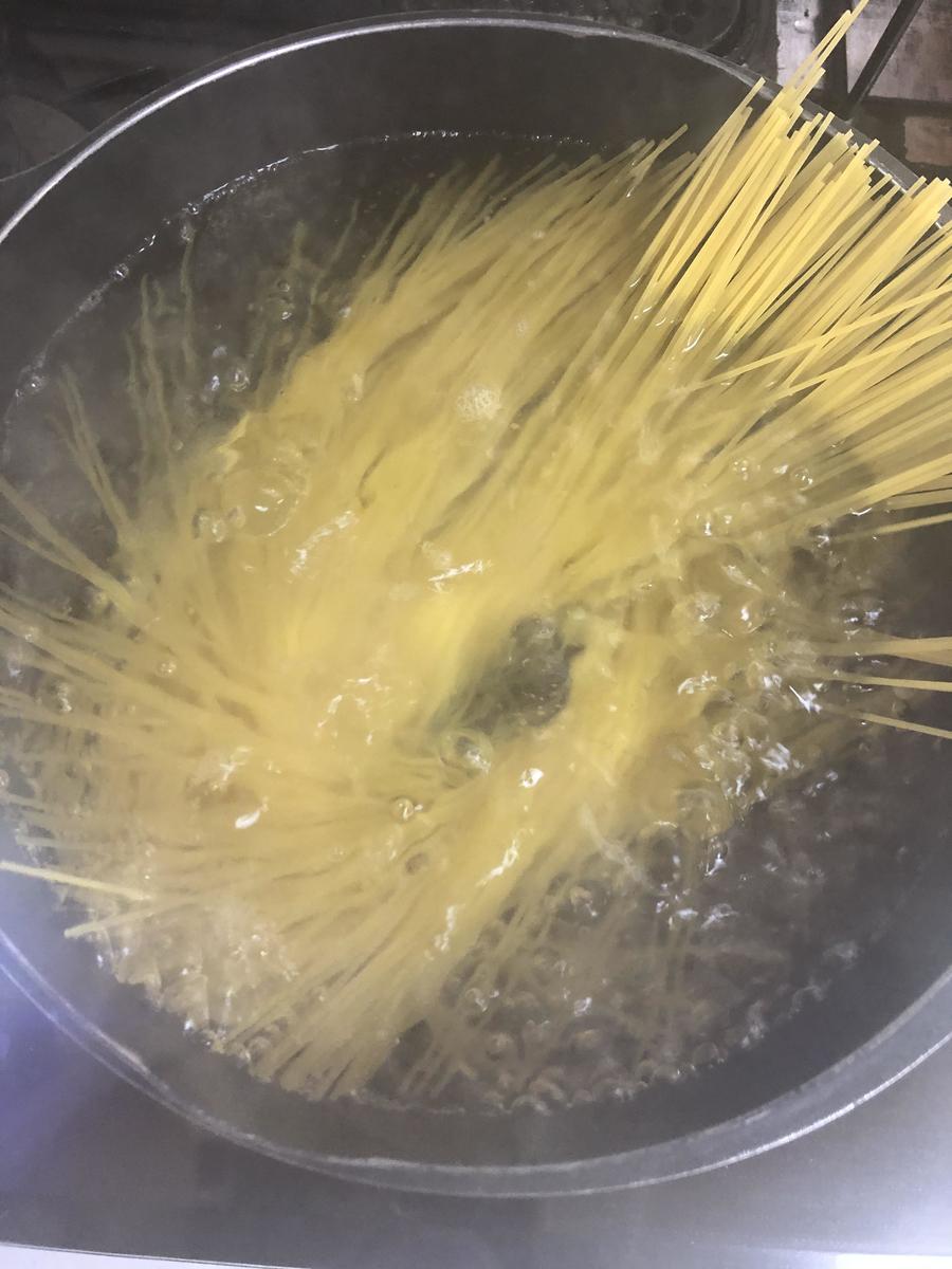 スパゲティを茹でてペーストを絡めて炒めた舞茸、オクラをトッピングする。
