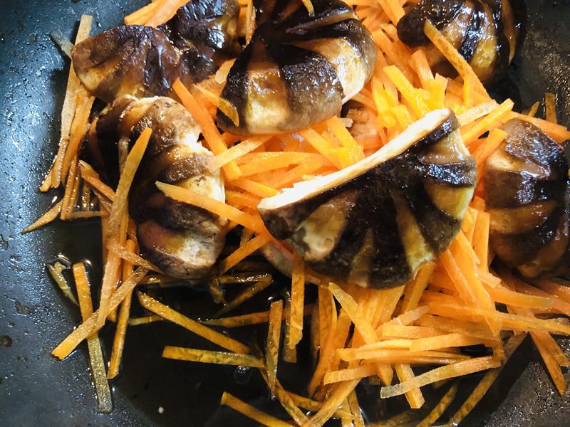 にんじん🥕を千切りにし、椎茸(皮はみじん切り)と一緒に調味料でコトコト煮る。