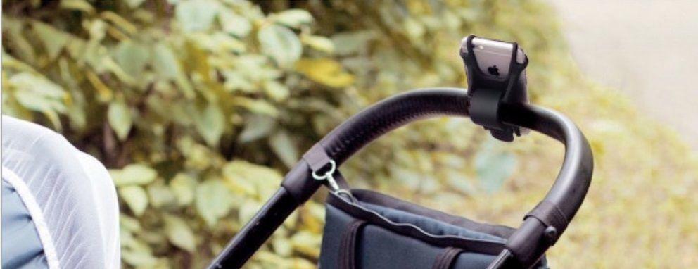スマホホルダーを装着したベビーカー