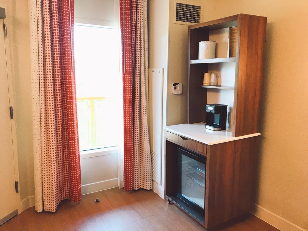 ポップセンチュリーリゾートホテルのコーヒーメーカーと冷蔵庫