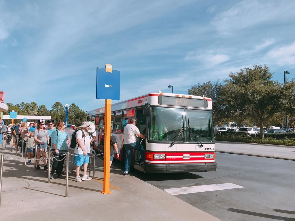 シャトルバスに並ぶ人の列