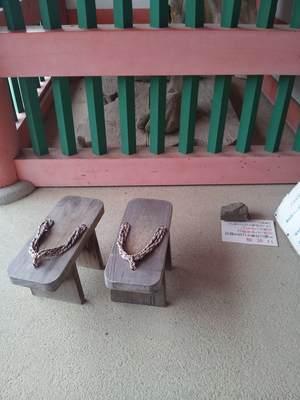 壷阪寺の阿形吽形像の下駄