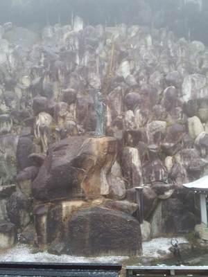 観音正寺の本堂横の石群