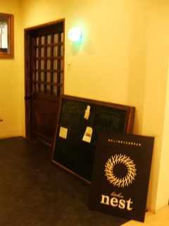 入口のドアの前の様子 看板2個