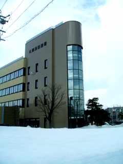 札幌西税務署 外観 縦