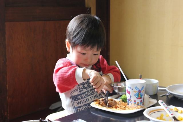 食事をする幼児