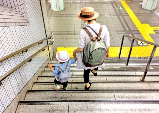 働くお母さんと子ども