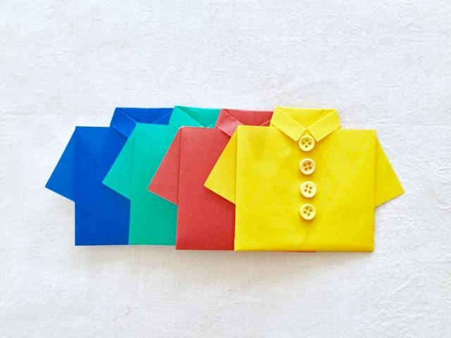 カラフルな色の服