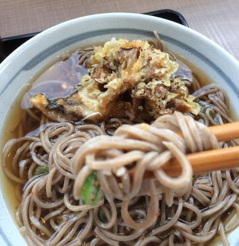 蕎麦の上に乗せた舞茸天ぷら