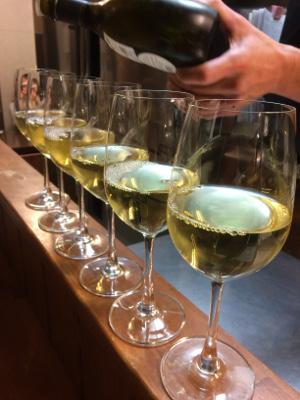 ワイングラスの列