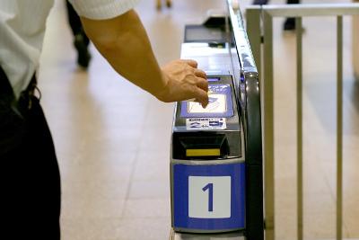 定期券で通過するイメージ画像