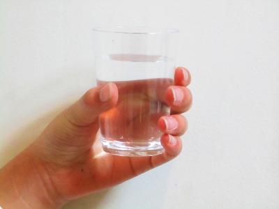グラスに注がれた水一杯