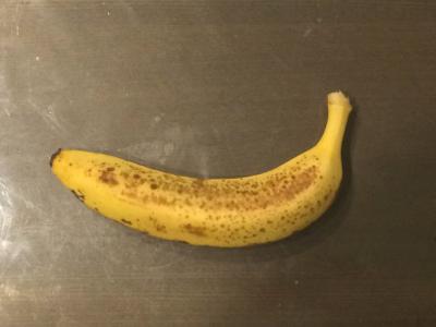 机に残されたバナナ