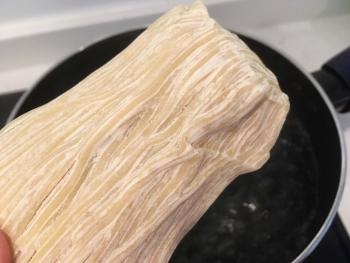 なま麺を真空パックから出した画像