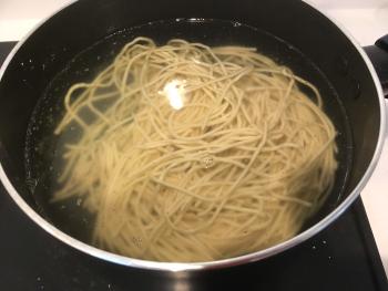 なま麺をお湯に入れた画像